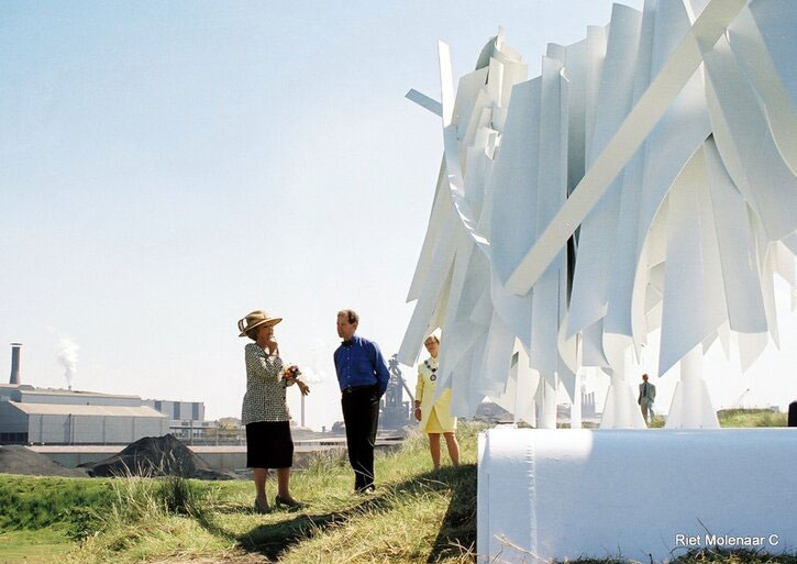 Robert Erskine talks to Queen Beatrix of the Netherlands in front of 'White Rhythm'