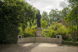 Memorial to Emmeline and Christabel Pankhurst