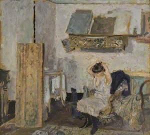 Modèle assise dans un fauteuil, se coiffant / Model Seated in a Chair, Combing Her Hair