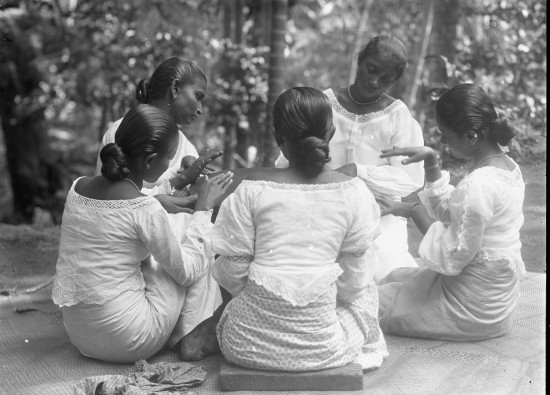 Five_girls_sitting_playing_a_large_drum_PF0197_M70_13_2016_1013_jpg
