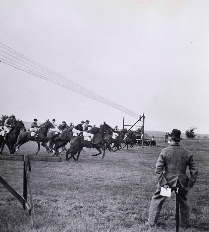 Sir Alfred Munnings at the start of a race