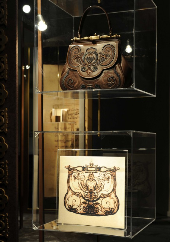 Sketch 'La Pretiosa' (below) next to the Pretiosa bag (above) based on the design